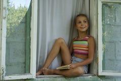 Meisje in venster stock foto