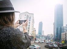 Meisje in vilten hoed, die rond stadsstraten lopen, bewolkte dag, openlucht Royalty-vrije Stock Fotografie