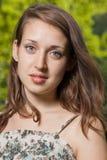 Meisje voor een groene boom Royalty-vrije Stock Afbeelding