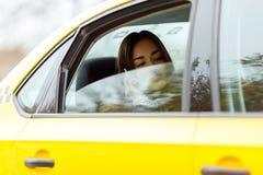 Meisje voor half-open venster Stock Foto
