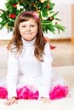 Meisje voor Kerstboom stock afbeelding