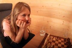 Meisje voor volgende beweging in schaak wordt geconcentreerd dat Royalty-vrije Stock Foto's