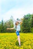 Meisje (vrouw) in de zomerpark Royalty-vrije Stock Foto