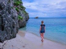 Meisje, vrouw die, wijfje op het strand lopen stock afbeelding