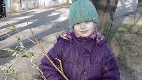 Meisje in warme klerengangen in het Park stock videobeelden