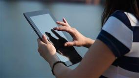 Meisje wat betreft Tabletcomputer stock videobeelden