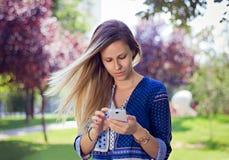 Meisje wat betreft telefoon Stock Fotografie
