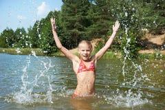 Meisje in water en nevel royalty-vrije stock foto's