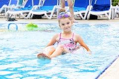 Meisje in waterpark stock afbeelding