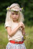 Meisje in wilde bloemenkroon royalty-vrije stock afbeeldingen