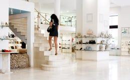 Meisje in winkel stock afbeelding