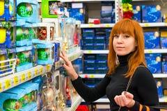 Meisje in winkel Stock Foto