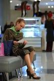 Meisje in winkelcomplex Stock Foto