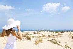 Meisje in wit door het overzees Royalty-vrije Stock Foto's