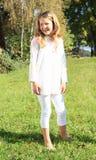 Meisje in wit op gras Stock Foto