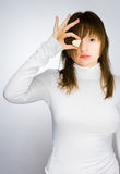 Meisje in wit sweaterholding hart-vormig suikergoed royalty-vrije stock afbeeldingen