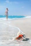 Meisje in witte bikini op het overzeese zandige strand Stock Foto's
