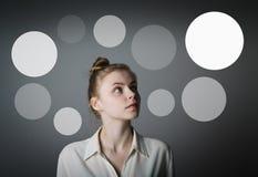 Meisje in witte en grijze bellen Royalty-vrije Stock Afbeelding