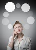 Meisje in witte en grijze bellen Stock Fotografie