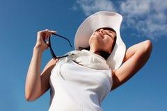 Meisje in witte hoed stock foto's