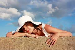 Meisje in witte hoed stock fotografie