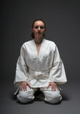 Meisje in witte kimono, traditionele houding van aikido stock afbeeldingen