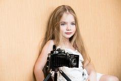 Meisje in witte kleding met camera stock fotografie