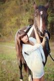 Meisje in witte kleding met paard Royalty-vrije Stock Afbeeldingen