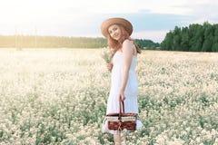 Meisje in witte kleding op een gebied van het gele bloemen tot bloei komen Royalty-vrije Stock Foto