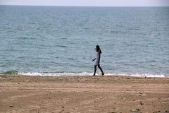 Meisje in witte kleding op het strand royalty-vrije stock foto's