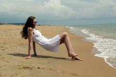 Meisje in witte kleding op het strand royalty-vrije stock afbeeldingen