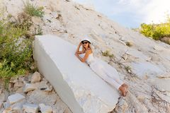 Meisje in witte kleding op vakantie, witte marmeren steengroeve Stock Foto's