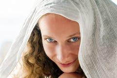 Meisje in witte sjaal Royalty-vrije Stock Foto