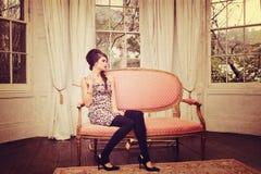 Meisje in woonkamer Stock Foto's