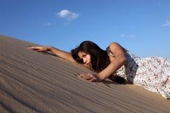 Meisje in zand stock foto