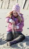 Meisje in zand Royalty-vrije Stock Afbeeldingen