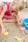 Meisje in zand het spelen royalty-vrije stock fotografie