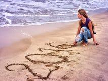 Meisje in zand 2016 wordt geschreven die Stock Foto