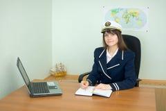 Meisje - zeekapitein op kantoor met laptop Stock Fotografie