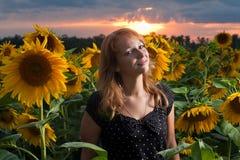 Meisje in zonnebloemen Royalty-vrije Stock Foto's