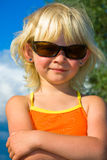 Meisje in zonnebril stock fotografie