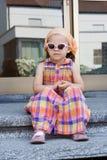 Meisje in zonnebril Royalty-vrije Stock Afbeeldingen