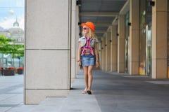 Meisje in zonnebril en oranje hoed Stock Fotografie