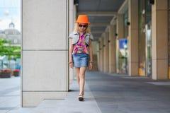 Meisje in zonnebril en oranje hoed Royalty-vrije Stock Foto's