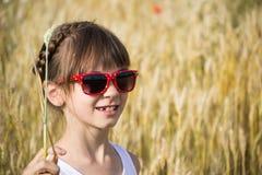 Meisje in zonnebril op het gebied Stock Afbeeldingen