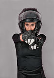 Meisje in zwarte met helm royalty-vrije stock fotografie