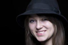 Meisje in zwarte met modieuze zwarte hoed Stock Foto