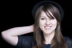 Meisje in zwarte met modieuze zwarte hoed Stock Afbeeldingen