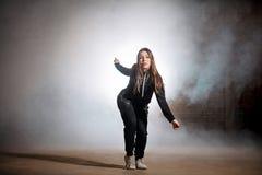 Meisje in zwarte sportieve uitrusting die buigende films doen royalty-vrije stock foto's