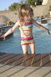 Meisje in zwembad Stock Foto's